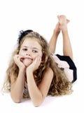 Gebohrtes reiches kleines Mädchen, das auf dem Boden liegt Lizenzfreies Stockbild
