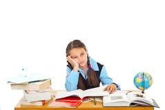 Gebohrtes Schulmädchen mit vielen Büchern lizenzfreie stockbilder