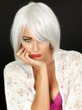 Gebohrtes umgekipptes junge Frauen-Denken Stockfotos