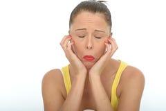 Gebohrtes unglückliches deprimiertes emotionales junge Frauen-Porträt Stockfoto