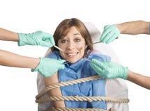 Gebonden aan de tandarts stock afbeeldingen