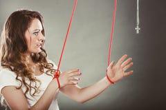 Gebonden die vrouw wordt gedwongen om te bidden Vals geloof Godsdienst Royalty-vrije Stock Fotografie