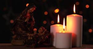 Geboorte van Christusscène van baby Jesus met kaarsen stock videobeelden