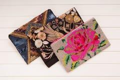 Geborduurde handtassen, drie handtassen met borduurwerk, koppelingen o Stock Afbeeldingen