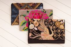 Geborduurde handtassen, drie handtassen met borduurwerk, koppelingen o Stock Foto
