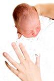 Geboren enkel baby in de handen van de moeder Stock Afbeelding
