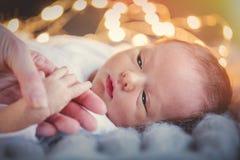 Geboren het kind enkel hand van de moederholding royalty-vrije stock afbeeldingen