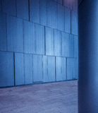 Geborstelde metaal betegelde panelenmuur en kolomachtergrond in moderne futuristische architectuur stock foto