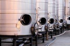 Geborstelde staaltanks voor wijnbereiding Stock Afbeeldingen