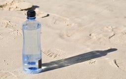 Gebotteld water op het strand Royalty-vrije Stock Fotografie