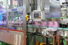 Gebottelde wasserij vloeibare productielijn royalty-vrije stock afbeeldingen