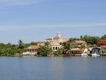 Gebouwen bij Cienfuegos-Baaiingang royalty-vrije stock afbeelding