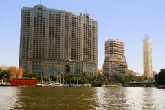 Gebouwen bij de rivier van Nijl in Kaïro, Egypte Stock Foto's