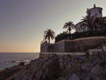 Gebouwen bij rotsachtige kust van Middellandse Zee Stock Foto