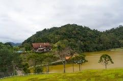 Gebouwen bij tropisch meer Stock Foto's