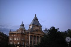 Gebouwen in Boedapest in avond stock foto's