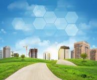 Gebouwen, bouwwerf, groene heuvels, weg Royalty-vrije Stock Foto's