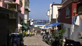 Gebouwen in Capri met mensen het winkelen stock video