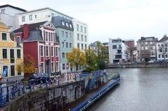 Gebouwen door de rivier in de stad stock afbeelding
