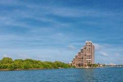 Gebouwen door water in Biscayne-Baai dichtbij Miami, Florida, de V.S. stock foto