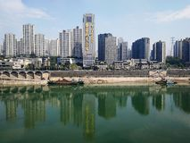 Gebouwen door Yangtze River in de Zomer stock foto's