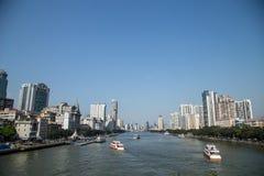 Gebouwen en bewegende boten aan beide kanten van de Parelrivier in Guangzhou, de Provincie van Guangdong, China Zeer mooie mening Stock Fotografie