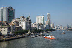 Gebouwen en bewegende boten aan beide kanten van de Parelrivier in Guangzhou, de Provincie van Guangdong, China Zeer mooie mening Royalty-vrije Stock Afbeeldingen