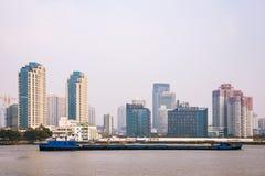 Gebouwen en boot langs de Huangpu-rivier Royalty-vrije Stock Afbeelding