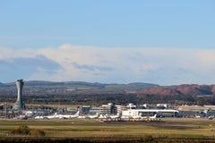 Gebouwen en controletoren, de luchthaven van Edinburgh Stock Afbeeldingen