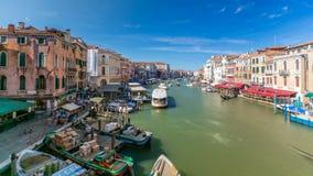 Gebouwen en Gondels in Venetië timelapse, Grand Canal -mening van Rialto-Brug stock video