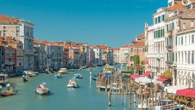 Gebouwen en Gondels in Venetië timelapse, Grand Canal -mening van Rialto-Brug stock videobeelden