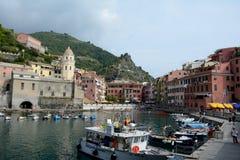 Gebouwen en kleine haven in Vernazza-stad Stock Afbeeldingen