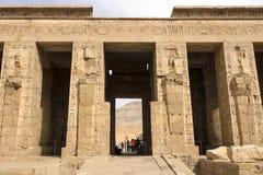 Gebouwen en kolommen van oude Egyptische megalieten Oude ruïnes van Egyptische gebouwen stock foto's