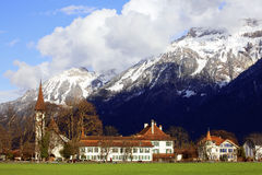 Gebouwen en Mountainï ¼ Interlaken Stock Afbeeldingen