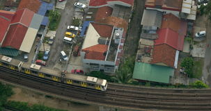 Gebouwen en spoorweg met een voorbijgaande trein in stad van Kuala Lumpur, Maleisië stock video