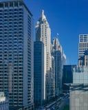Gebouwen en wolkenkrabbers over straat met bussen en auto's, in Chicago van de binnenstad, de V.S. stock foto's