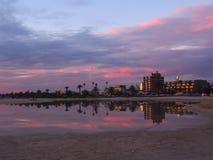 Gebouwen en zonsondergang in water worden weerspiegeld dat Royalty-vrije Stock Foto
