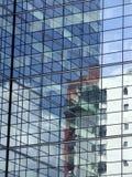 Gebouwen in glas worden weerspiegeld dat Royalty-vrije Stock Afbeeldingen
