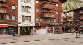 Gebouwen langs Bahnhofstrasse-straat in de stad van Zermatt, Sw stock afbeeldingen