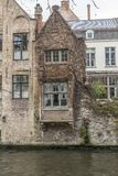 Gebouwen langs het Groenerei-kanaal Brugge stock afbeelding