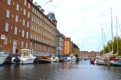 Gebouwen langs Kanaal in Kopenhagen royalty-vrije stock foto's