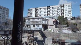 Gebouwen met bruggen in Tbilisi stock videobeelden