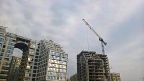 Gebouwen met een grote boog de voorgevel van het gebouwen in aanbouw glas Royalty-vrije Stock Afbeeldingen