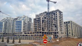 Gebouwen met een grote boog de voorgevel van het gebouwen in aanbouw glas Royalty-vrije Stock Foto's
