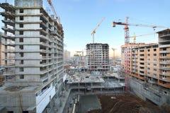 Gebouwen met meerdere verdiepingen in aanbouw en kranen Stock Foto's