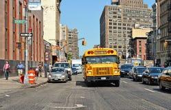 gebouwen, moderne en oude architectuur, schoolbus en mensen op de straten in Manhattan van de binnenstad in New York royalty-vrije stock fotografie