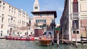Gebouwen op de banken van Grand Canal in Venetië Mening van de drijvende boot stock footage