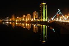 Gebouwen op de rivieroever in de avond Astana Royalty-vrije Stock Foto