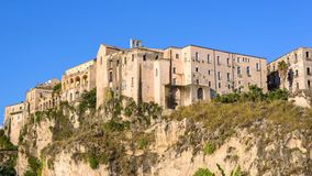 Gebouwen op de rots in Tropea-stad Stock Foto's