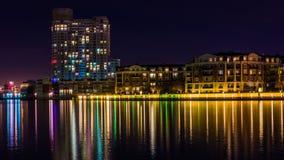Gebouwen op de waterkant bij nacht in de Binnenhaven, Baltim Royalty-vrije Stock Afbeelding